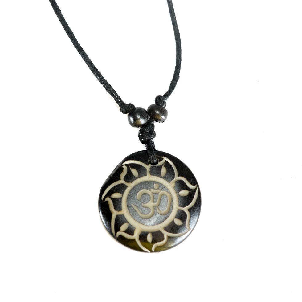 Bone pendant Om di bunga teratai hitam, simple