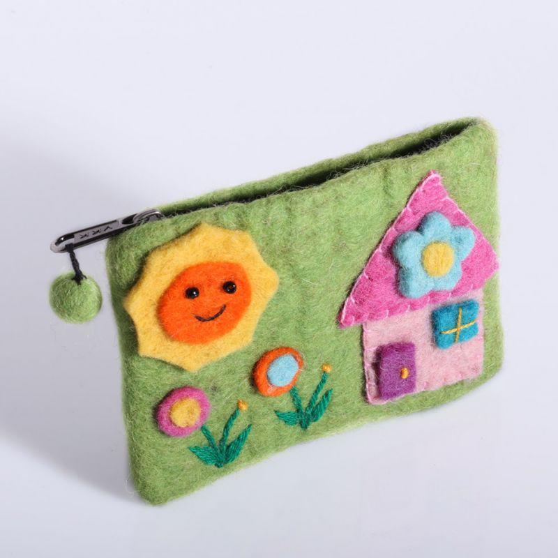 Kleine Filztasche mit einem Hausmotiv Grün